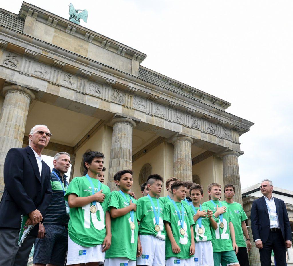 SK Rapid als Turniersieger vor dem Brandenburger Tor